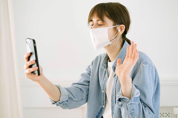Schlechter Atem durch das Tragen einer Maske bei Pandemien